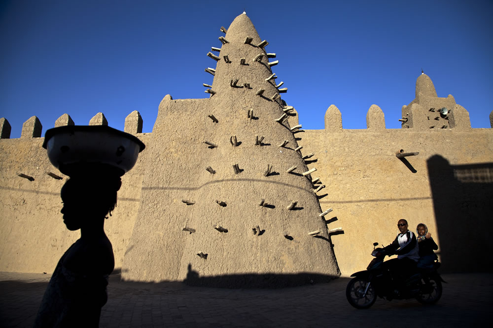 Residents of Timbuktu pass by Djingareyber Mosque. Photo. Flickr/UN Photo